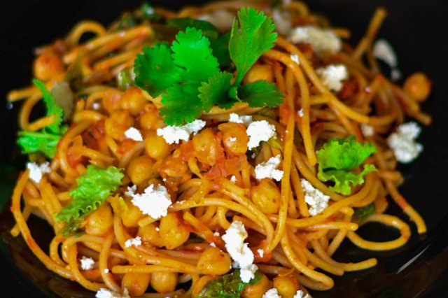 Spicy Spaghetti With Chickpea, Lettuce & Tomato